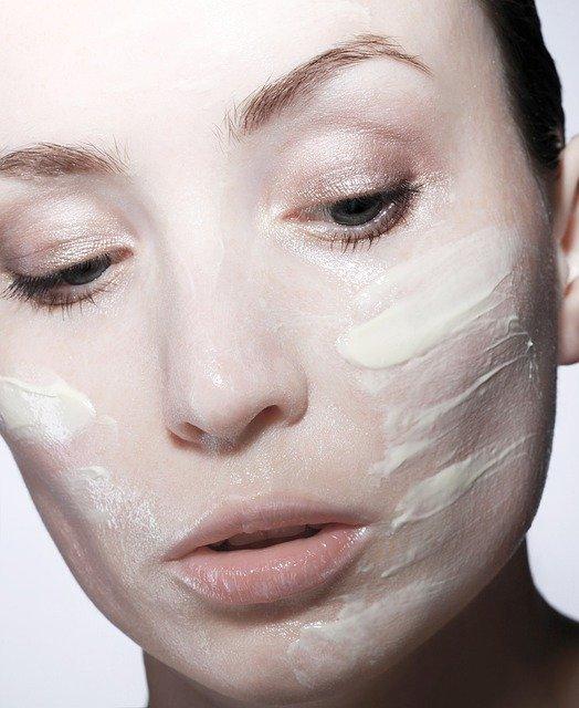 femme mettant de la crème hydratante